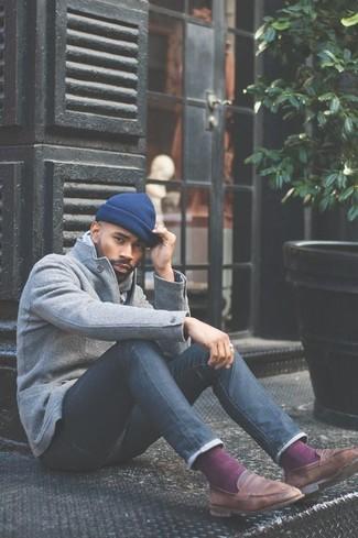 Wie kombinieren: graues Wollsakko, dunkelblaue enge Jeans, braune Leder Slipper, blaue Mütze