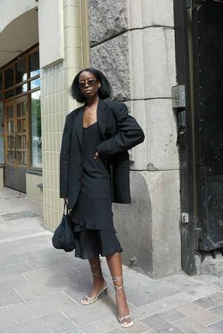 Wie kombinieren: schwarzes Sakko, schwarzes Etuikleid mit Rüschen, goldene Leder Sandaletten, schwarze Shopper Tasche aus Häkel