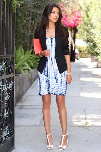 Wie kombinieren: schwarzes Sakko, blaues Mit Batikmuster Etuikleid, weiße Leder Sandaletten, fuchsia Leder Clutch