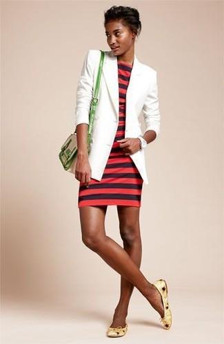 Wie kombinieren: weißes Sakko, rotes horizontal gestreiftes figurbetontes Kleid, gelbe Leder Ballerinas, grüne Leder Umhängetasche