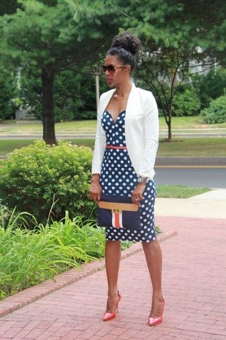 Wie kombinieren: hellbeige Sakko, dunkelblaues und weißes gepunktetes figurbetontes Kleid, rote Leder Pumps, dunkelblaue Leder Clutch