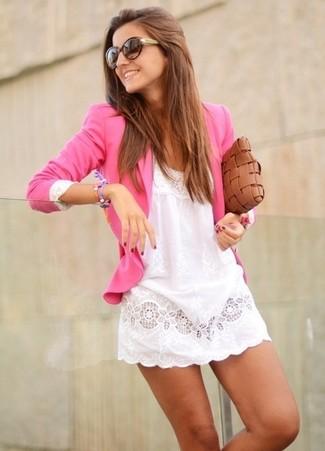 Wie kombinieren: fuchsia Sakko, weißes Spitze Freizeitkleid, braune geflochtene Leder Clutch, dunkelbraune Sonnenbrille