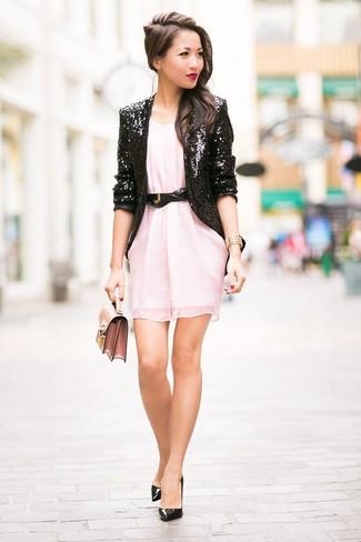 Wie kombinieren: schwarzes Paillettesakko, rosa gerade geschnittenes Kleid aus Chiffon, schwarze Leder Pumps, rosa Leder Clutch