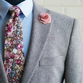 Wie kombinieren: graues Wollsakko, hellblaues Businesshemd, mehrfarbige Krawatte mit Blumenmuster, rosa Anstecknadel mit Blumenmuster