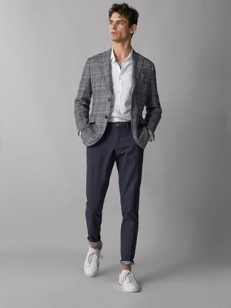 Wie kombinieren: graues Sakko mit Schottenmuster, weißes Businesshemd, dunkelblaue Chinohose, weiße Leder niedrige Sneakers