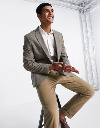 Graues Sakko mit Schottenmuster kombinieren – 440 Herren Outfits: Kombinieren Sie ein graues Sakko mit Schottenmuster mit beige Jeans für einen bequemen Alltags-Look. Fühlen Sie sich ideenreich? Vervollständigen Sie Ihr Outfit mit dunkelbraunen Leder Slippern.