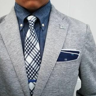 Wie kombinieren: graues Wollsakko, blaues Jeanshemd, dunkelblaue und weiße Krawatte mit Schottenmuster, dunkelblaues und weißes bedrucktes Einstecktuch