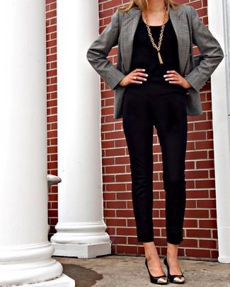 graues Sakko, schwarzer Jumpsuit aus Samt, schwarze und goldene Leder Pumps, goldener Anhänger für Damen