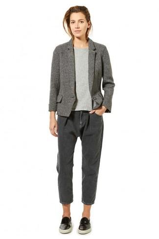 Dunkelgraue Boyfriend Jeans kombinieren – 13 Damen Outfits: Tragen Sie ein graues Wollsakko zu dunkelgrauen Boyfriend Jeans, um einen lockeren Look zu kreieren. Schwarze Slip-On Sneakers aus Leder verleihen einem klassischen Look eine neue Dimension.