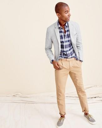 Wie kombinieren: graues Sakko, dunkelblaues und weißes Langarmhemd mit Schottenmuster, beige Chinohose, graue Leinenschuhe