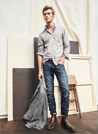 Graues Wollsakko kombinieren: trends 2020: Vereinigen Sie ein graues Wollsakko mit dunkelblauen Jeans für einen für die Arbeit geeigneten Look. Machen Sie Ihr Outfit mit dunkelbraunen Chelsea-Stiefeln aus Leder eleganter.