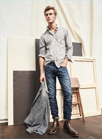 Wie kombinieren: graues Wollsakko, graues Langarmhemd, dunkelblaue Jeans, dunkelbraune Chelsea-Stiefel aus Leder