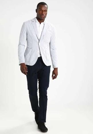 Wie kombinieren: graues Sakko, weißes Langarmhemd, dunkelblaue Chinohose, schwarze Wildleder Derby Schuhe
