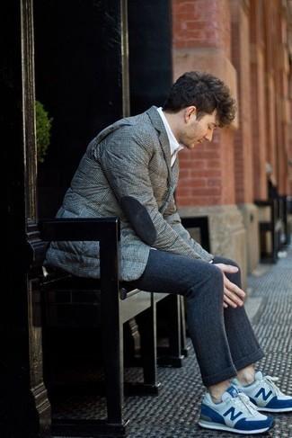 Dunkelblaue Wollchinohose kombinieren – 18 Herren Outfits: Kombinieren Sie ein graues gestepptes Sakko mit einer dunkelblauen Wollchinohose, um einen modischen Freizeitlook zu kreieren. Warum kombinieren Sie Ihr Outfit für einen legereren Auftritt nicht mal mit weißen und blauen Sportschuhen?