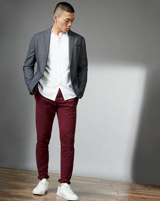 Wie kombinieren: graues Sakko, weißes Langarmhemd, dunkelrote Chinohose, weiße Leder niedrige Sneakers