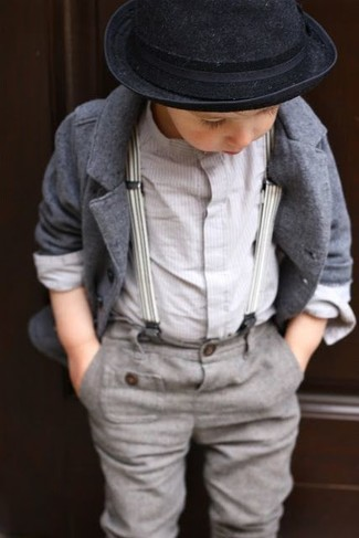 Wie kombinieren: graues Sakko, weißes Langarmhemd, graue Hose, schwarzer Hut