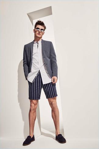 Wie kombinieren: graues Sakko, weißes vertikal gestreiftes Langarmhemd, dunkelblaue vertikal gestreifte Shorts, schwarze Wildleder Slipper mit Quasten