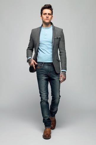 graues Wollsakko, hellblaues Langarmshirt mit einer Knopfleiste, dunkelblaue Jeans, braune Chelsea-Stiefel aus Leder für Herren
