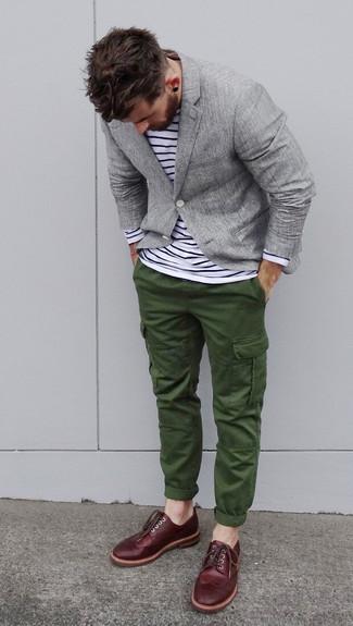 Wie kombinieren: graues Sakko, weißes und schwarzes horizontal gestreiftes Langarmshirt, dunkelgrüne Cargohose, dunkelrote Leder Brogues