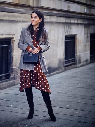 Schwarze Overknee Stiefel aus Wildleder kombinieren: trends 2020: Tragen Sie ein graues Sakko mit Schottenmuster zu einem braunen gepunkteten Midikleid, um ein auffälliges, lockeres Outfit zu erzeugen. Schwarze Overknee Stiefel aus Wildleder sind eine ideale Wahl, um dieses Outfit zu vervollständigen.