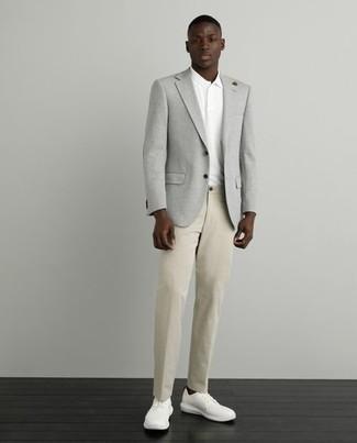 Weißes Polohemd kombinieren – 419 Herren Outfits: Kombinieren Sie ein weißes Polohemd mit einer beige Chinohose, um einen lockeren, aber dennoch stylischen Look zu erhalten. Ergänzen Sie Ihr Look mit weißen Segeltuch niedrigen Sneakers.
