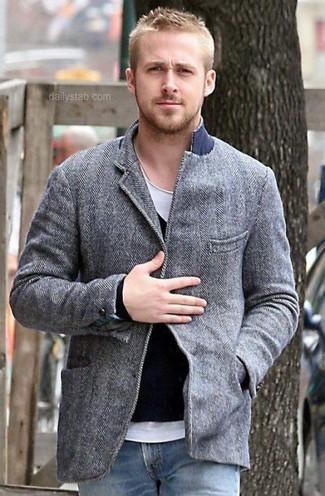 Ryan Gosling trägt Graues Wollsakko, Schwarzer Pullover mit V-Ausschnitt, Weißes T-Shirt mit Rundhalsausschnitt, Blaue Jeans