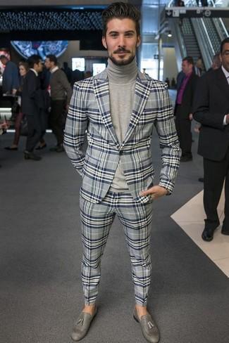 Wie kombinieren: graues Sakko mit Schottenmuster, grauer Rollkragenpullover, graue Anzughose mit Schottenmuster, graue Leder Slipper mit Quasten