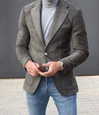 Wie kombinieren: graues Wollsakko, grauer Rollkragenpullover, blaue enge Jeans, silberne Uhr