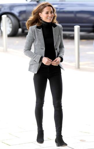 Wie kombinieren: graues Sakko mit Schottenmuster, schwarzer Rollkragenpullover, schwarze enge Jeans, schwarze Wildleder Stiefeletten