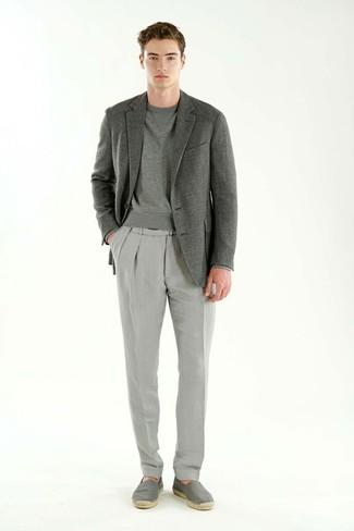 Wie kombinieren: graues Sakko, graues Sweatshirt, graue Anzughose, graue Segeltuch Espadrilles
