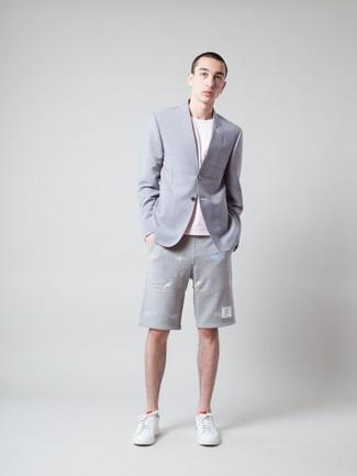 Wie kombinieren: graues Sakko, rosa T-Shirt mit einem Rundhalsausschnitt, graue Shorts, weiße Leder niedrige Sneakers
