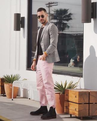 Wie kombinieren: graues Sakko mit Schottenmuster, schwarzes T-Shirt mit einem Rundhalsausschnitt, rosa Jeans, schwarze Chelsea-Stiefel aus Wildleder