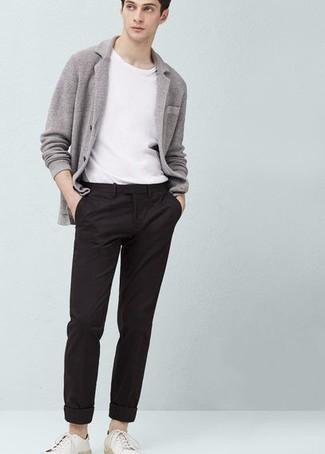 Weiße Leder niedrige Sneakers kombinieren – 500+ Herren Outfits: Vereinigen Sie ein graues Strick Sakko mit einer schwarzen Chinohose für Ihren Bürojob. Machen Sie diese Aufmachung leger mit weißen Leder niedrigen Sneakers.