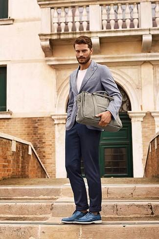 Sakko graues t shirt mit rundhalsausschnitt weisses chinohose dunkelblaue derby schuhe blaue large 8572