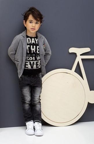Wie kombinieren: graues Sakko, schwarzes und weißes bedrucktes T-shirt, dunkelgraue Jeans, weiße Turnschuhe