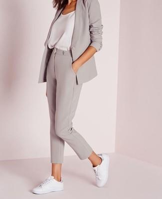 Wie kombinieren: graues Sakko, weißes Seide Trägershirt, graue enge Hose, weiße Leder niedrige Sneakers