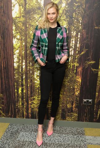 Wie kombinieren: grünes Sakko mit Schottenmuster, schwarzes T-Shirt mit einem Rundhalsausschnitt, schwarze enge Jeans, rosa Wildleder Pumps