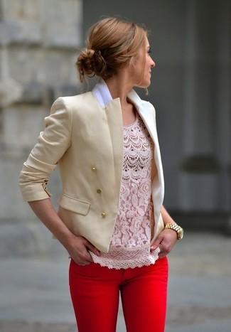 Beige Sakko kombinieren – 136 Damen Outfits: Probieren Sie die Paarung aus einem beige Sakko und roten engen Jeans, um einen schicken Freizeit-Look zu zaubern.