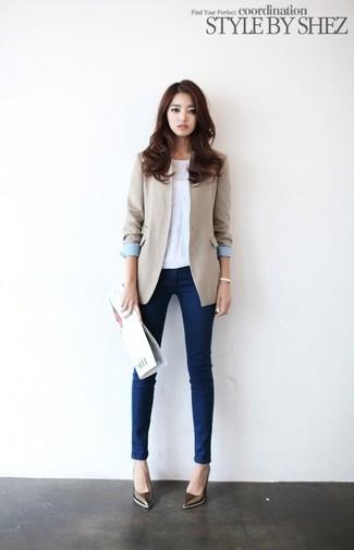 hellbeige Sakko, weißes ärmelloses Oberteil, dunkelblaue enge Jeans, braune Leder Pumps für Damen