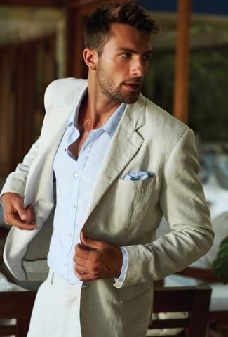 Wie kombinieren: hellbeige Sakko, hellblaues Businesshemd, hellbeige Anzughose, hellblaues Seide Einstecktuch