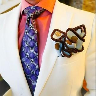 Wie kombinieren: hellbeige Sakko, orange Businesshemd, violette bedruckte Krawatte, weißes gepunktetes Einstecktuch