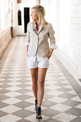 Beige Sakko kombinieren – 9 Elegante Damen Outfits: Paaren Sie ein beige Sakko mit weißen Shorts für einen stylischen Look. Schwarze Leder Stiefeletten sind eine perfekte Wahl, um dieses Outfit zu vervollständigen.