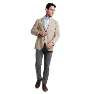 Hellbeige Sakko kombinieren: trends 2020: Die modische Kombination aus einem hellbeige Sakko und einer dunkelgrauen Chinohose ist perfekt für einen Tag im Büro. Vervollständigen Sie Ihr Look mit dunkelbraunen Chukka-Stiefeln aus Leder.