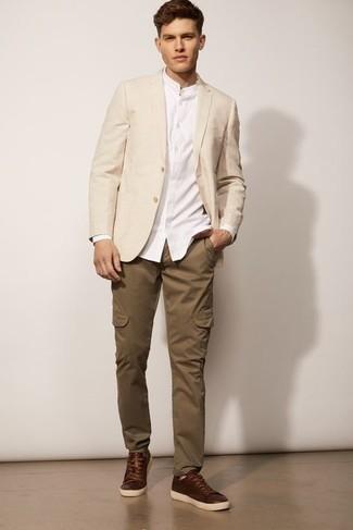 Braune Cargohose kombinieren – 51 Herren Outfits: Kombinieren Sie ein hellbeige Sakko mit einer braunen Cargohose für ein bequemes Outfit, das außerdem gut zusammen passt. Fühlen Sie sich mutig? Komplettieren Sie Ihr Outfit mit dunkelbraunen Leder niedrigen Sneakers.