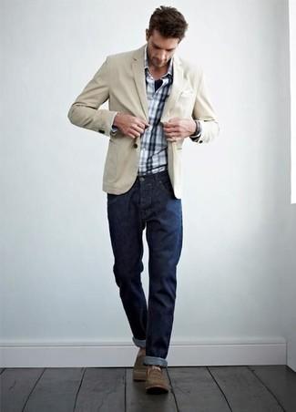 Wie kombinieren: hellbeige Baumwollsakko, weißes und dunkelblaues Langarmhemd mit Schottenmuster, dunkelblaue Jeans, braune Freizeitstiefel