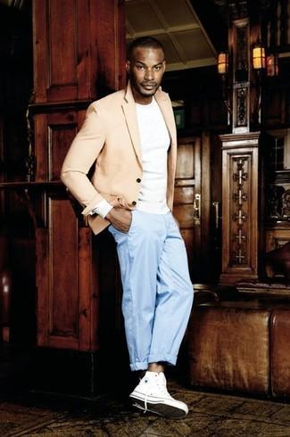 Wie kombinieren: hellbeige Sakko, weißes Langarmshirt, hellblaue Anzughose, weiße hohe Sneakers aus Segeltuch