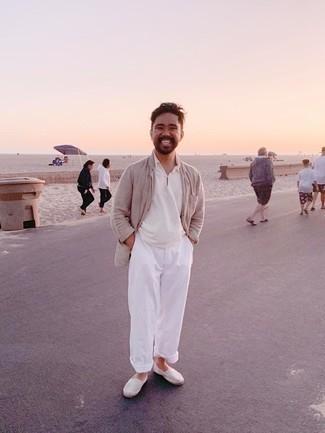 Espadrilles kombinieren – 389 Herren Outfits: Kombinieren Sie ein hellbeige Leinen Sakko mit einer weißen Chinohose, um einen eleganten, aber nicht zu festlichen Look zu kreieren. Wenn Sie nicht durch und durch formal auftreten möchten, komplettieren Sie Ihr Outfit mit Espadrilles.