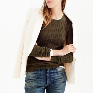 Wie kombinieren: hellbeige Wollsakko, olivgrüner Pullover mit einem Rundhalsausschnitt, weißes Langarmshirt, dunkelblaue Boyfriend Jeans