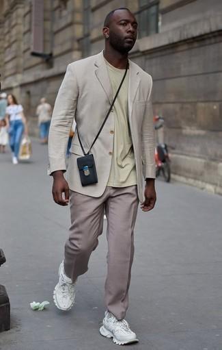 Beige Anzughose kombinieren: trends 2020: Vereinigen Sie ein hellbeige Sakko mit einer beige Anzughose, um vor Klasse und Perfektion zu strotzen. Fühlen Sie sich mutig? Vervollständigen Sie Ihr Outfit mit weißen Sportschuhen.