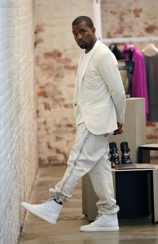 Wie kombinieren: hellbeige Sakko, hellbeige T-Shirt mit einem Rundhalsausschnitt, hellbeige Jogginghose, weiße hohe Sneakers